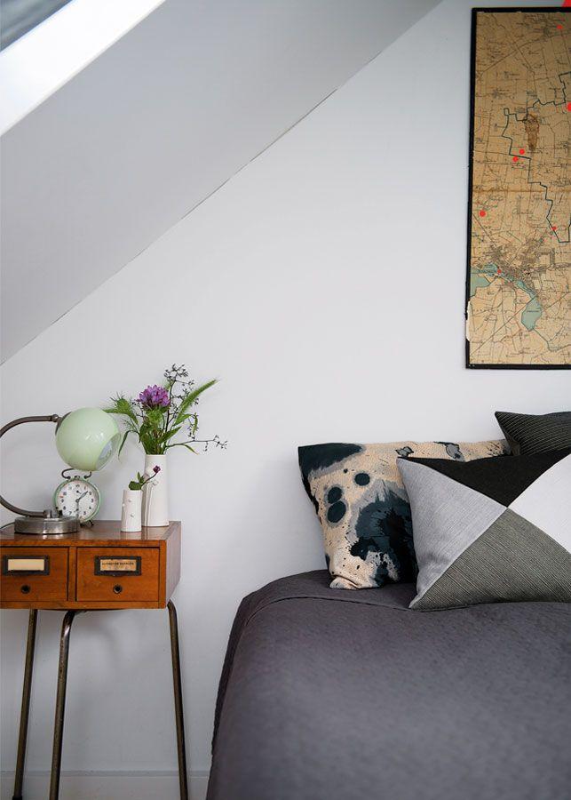'Natbordet' består af en skammel med en arkivkasse ovenpå. Den grafiske pude er fra 1+1 Textil, mens puden med det sort-hvide mønster er syet af et tørklæde.