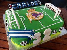 Pastel Fondant campo de futbol con escudo Deportivo de la Coruña para un deportivista. Las porterias son de pasta de goma. Elena S.