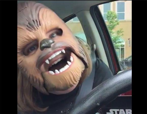 Le BUZZ - Le happy Chewbacca qui vous fera ÉCLATER de rire   HollywoodPQ.com