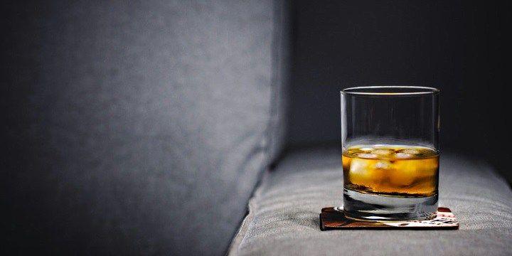 vinjournalen.se -  Vin Skola : Skottland eller Irland - vem var först med att framställa whisky?    Whisky har en fantastisk historia. Redan på 1300-talet destillerade man i Italien alkohol av vin i medeltida kloster och till stor del för medicinska ändamål, såsom behandling av kolik och smittkoppor. Konsten att destillera spred sig till Irland och Skottland så sent som 1400-talet. James IV av ... http://wp.me/p73gTR-3sc