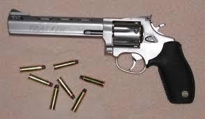 Revolver 44 Remington Magnum  El .44 Remington Magnum, o simplemente .44 Magnum, 10,95 × 33 mmR según el sistema métrico, es un cartucho para revólver diseñado por Remington para el revólver Modelo 29 de Smith & Wesson en 1955.