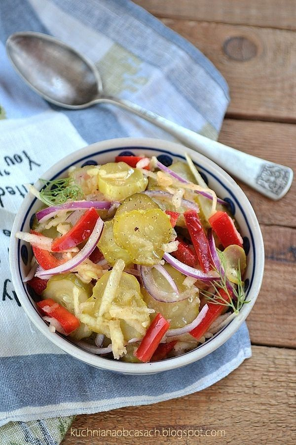 kuchnia na obcasach: Surówka z kiszonymi ogórkami