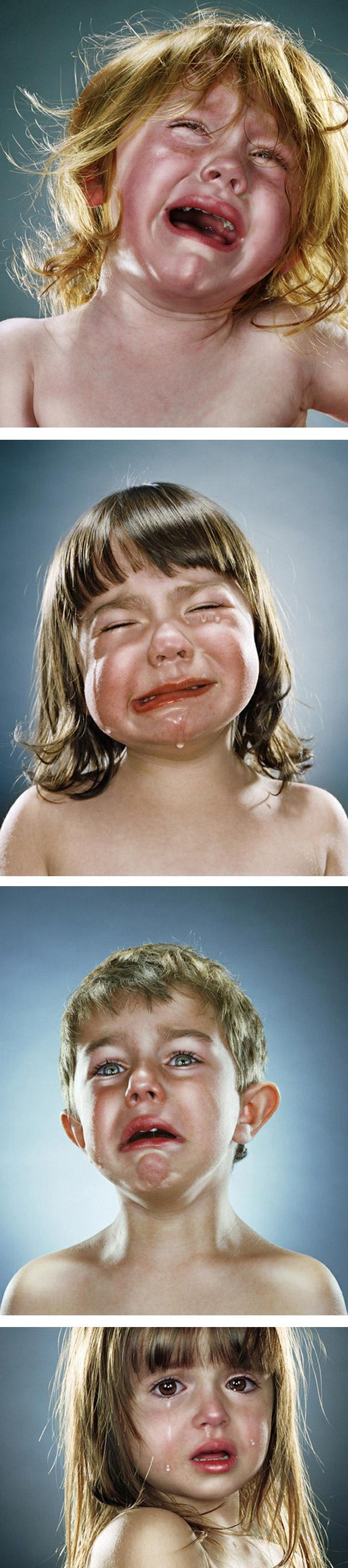 O fotógrafo Jill Greenberg se cansou de ver fotos de crianças sempre sorrindo e criou esse ensaio no qual os pequenos aparecem chorando torrencialmente.