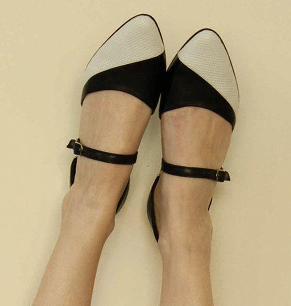 Chaussures femmes, noir et blanc appartements, sandales en cuir, pointus appartements, appartements en cuir noir, chaussures à la main, deux chaussures de tonalité, Super chics chaussures