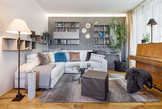 Vzdušnější obývací pokoj odpovídá modernímu městskému stylu. Základ tvoří minimalistické skříňky a pohovka. O útulnou atmosféru se postaraly tapeta, polštáře, doplňky, ale i osvětlení. Originální kávový stolek nechala designérka vyrobit ze staré podnože a nové skleněné desky.