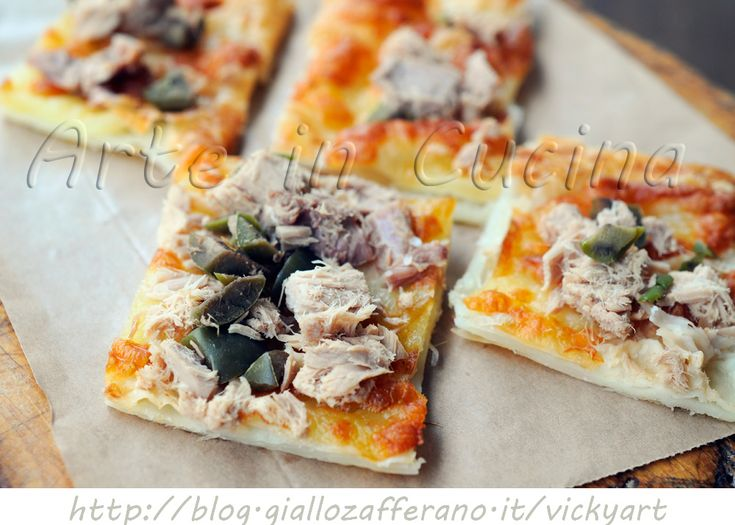 Pizza di pasta sfoglia con tonno e olive, ricetta veloce, facile, antipasto, stuzzichino, finger food, feste, buffet, senza uova, lievito, idea veloce per cena