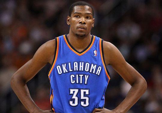 """Oklahoma City Thunder (2008-presente). Vale que """"less is more"""", pero creo que se pasaron de simples. Cuando este equipo se movió de Seattle (donde eran los Seattle Supersonics) a Oklahoma, les cambiaron nombre y uniforme. Ahora son un equipazo con mucho futuro gracias a su estrella Kevin Durant (#35), pero se lo tendrían que currar un poco en las camis. Hay quien dice que parecen un equipo de la NBDL (la liga de desarrollo de la NBA) y tienen razón."""
