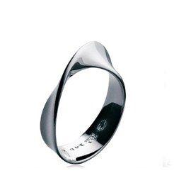 Alliance Georg Jensen - Alliances, anneaux et mariage - Le joaillier scandinave propose ici une version originale du traditionnel anneau. Georg Jensen, alliance Möbius, argent Prix : 168 € Infos sur www.georgjensen.com