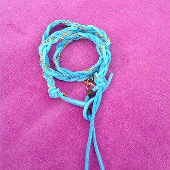 Suèdine armbandje turquoise gevlochten met bedels - Made by Beaudeliek