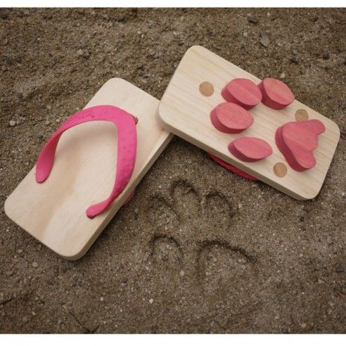 Ashiato footprint sandals: Shoes, Funny Things, Funny Pics, Funny Stuff, Flip Flops, Sandals, Paw Prints, Funny Memes, Big Dogs