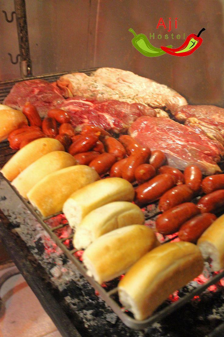 adonde la carne y todo el asado es lo mas rico: aji hostel, santiago de chile
