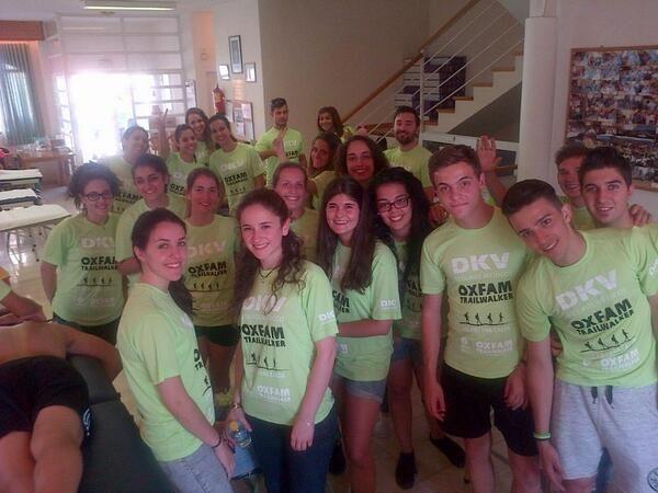 Estudiantes de fisioterapia y podologia de la Univ Complutense de Madrid esperan a los corredores en Canencia #OITW