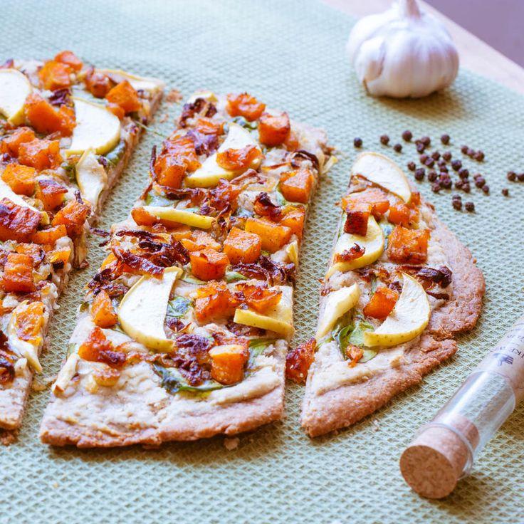 Необычное сочетание вкусов для пиццы, правда? Но я вас уверяю, это так вкусно, что Вы не сможете остановиться.  Тесто для пиццы можете использовать покупное, но лучше сделайте по рецепту, оно очень простое и очень удачное.