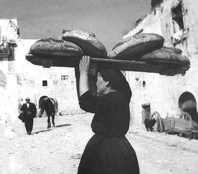 Quando il pane si faceva in casa e si trasportava sulla testa. #Civraxiu #Sanluri#Sardinia