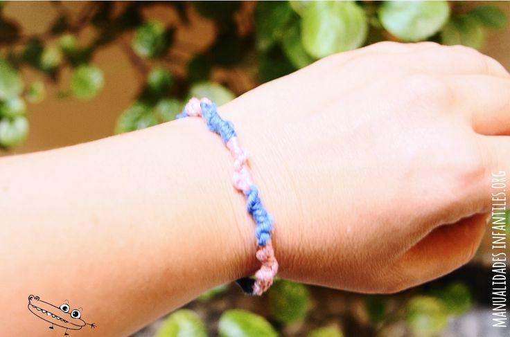 Como hacer pulsera de nudo espiral - Materiales:  Hilo de 2 colores de 80 cm  soporte para sujetar ( Como una carpeta)  tijeras