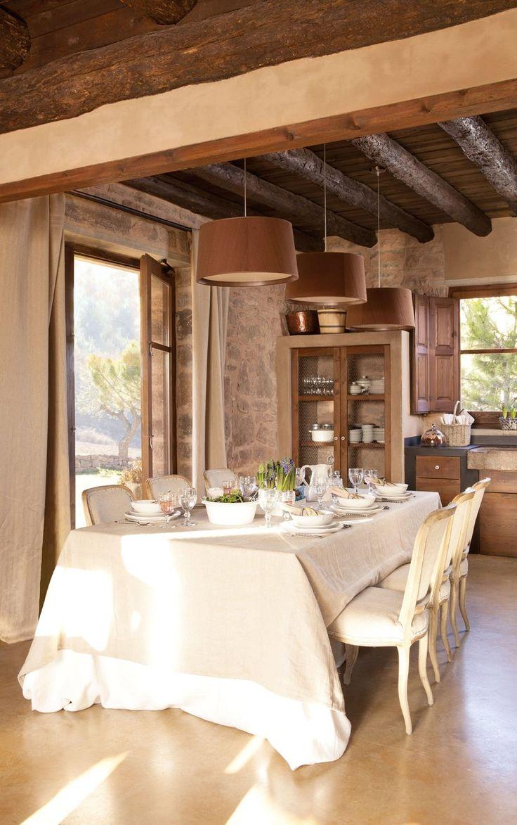 La mesa está decorada con dos manteles superpuestos (en India & Pacific), a juego con las cortinas de Güell-Lamadrid. Sillas, en India & Pacific. Vajilla y copas de Becara.