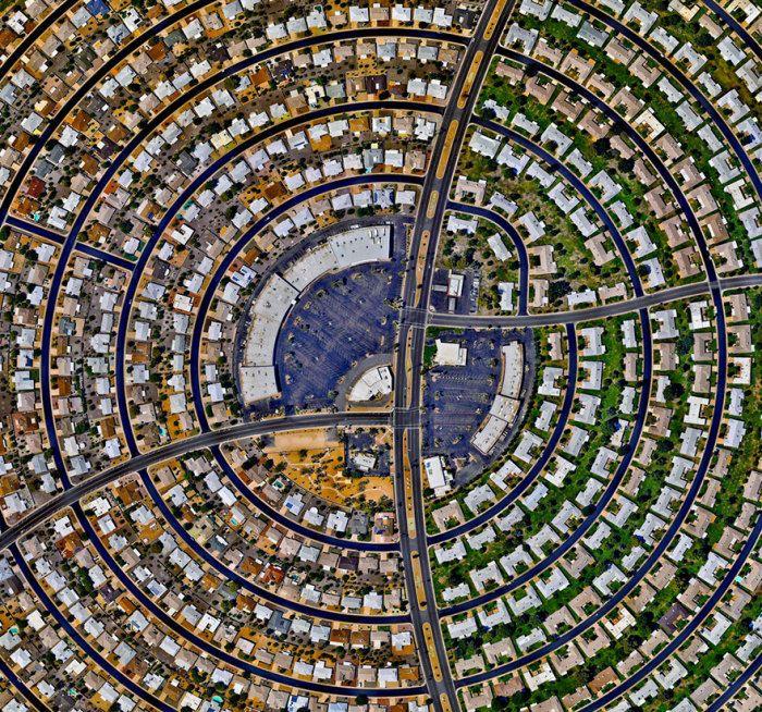 Дома, расположенные концентрическими кругами.  Сан-Сити, Аризона, США