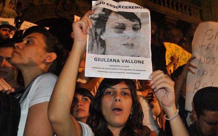 Jovem exibe cartaz com foto da repórter Giuliana Vallone, da Folha de S.Paulo, atingida por um tiro de bala de borracha da Polícia Militar em SP no dia 13