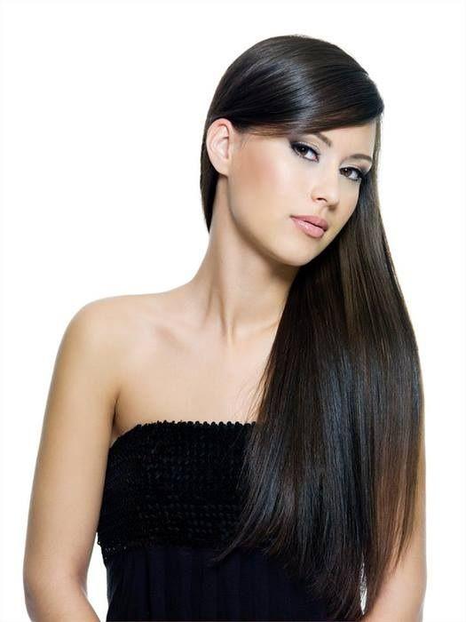 Cabello oscuro, largo y liso, peinado hacia un lado.