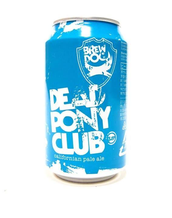 """DEAD PONY CLUB BIRRA A BASSA GRADAZIONE ALCOLICA  Dead Pony Club è una Californian Pale Ale che presenta un corpo leggero e un carattere luppolato deciso. Birra con un bouquet aromatico ampio, dove emergono in maniera rilevante sentori floreali, agrumati e di frutta tropicale. Al palato vi è un buon bilanciamento tra l'elemento """"beverino"""" e la componente luppolata che dà struttura al prodotto e concede un bell'amaro persistente in chiusura. Gradazione 3,8% 330 ml Lat."""