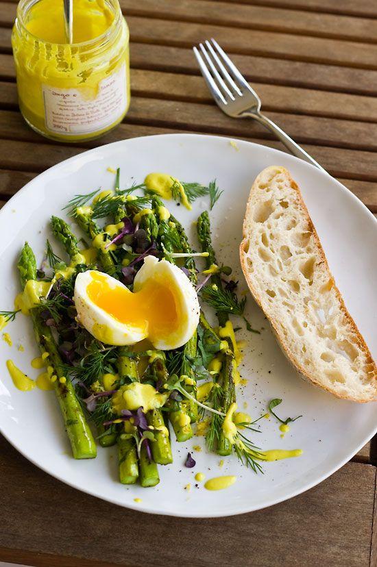 Grüner Spargel mit weichem Ei und Homemade Zitronen-Mandel-Mayonnaise