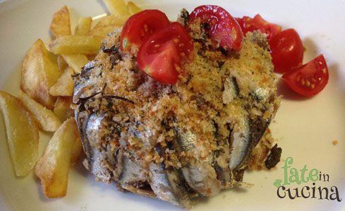 Questi tortini di alici e patate sono un secondo piatto irresistibile e di grande effetto. Si preparano velocemente e soprattutto sono estremamente economico in quanto le alici sono il pesce povero per eccellenza, ma straordinariamente ricco di proprietà salutari e nutritive sorprendenti e di Omega Tre, così come tutto il pesce azzurro. E allora alla