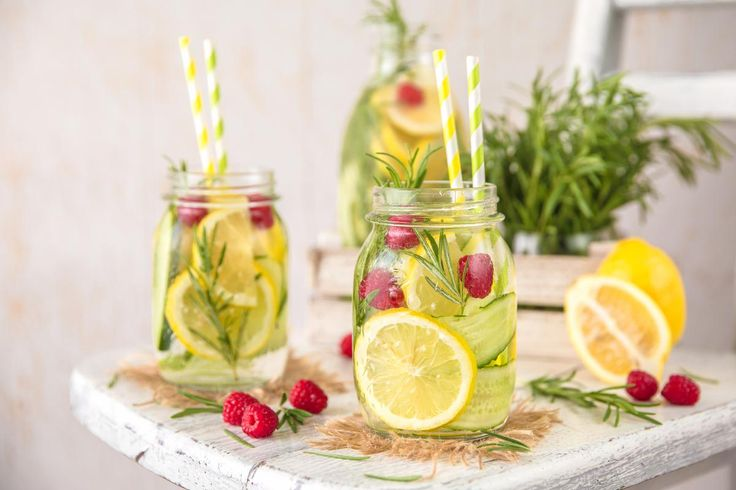 Eaux aromatisées au citron, au kiwi, ou encore au gingembre... Voici 10 recettes repérées sur Instagram pour révolutionner votre verre d'eau plate.