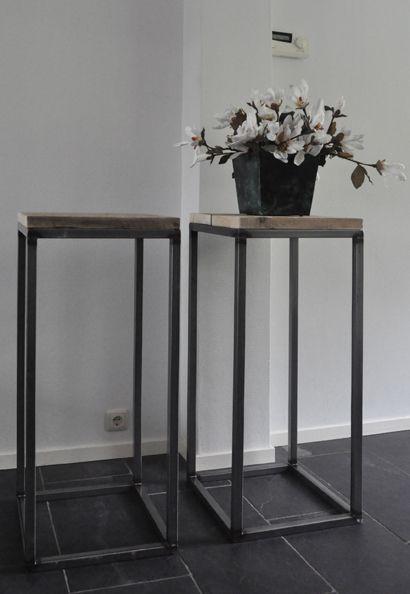 Deze decoratieve metalen frames worden gemaakt van metalen kokerbuis (25x25mm.). De bovenzijde wordt voorzien van gebruikte steigerhouten planken.
