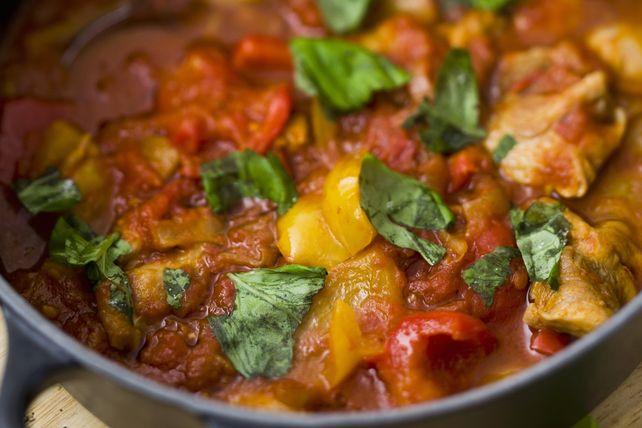Vous cherchez une recette toute simple de poulet cuit à la mijoteuse? Ce délicieux ragoût plaira assurément à toute la famille et à vos amis. Servez-le sur du riz, de la purée de pommes de terre ou du quinoa.