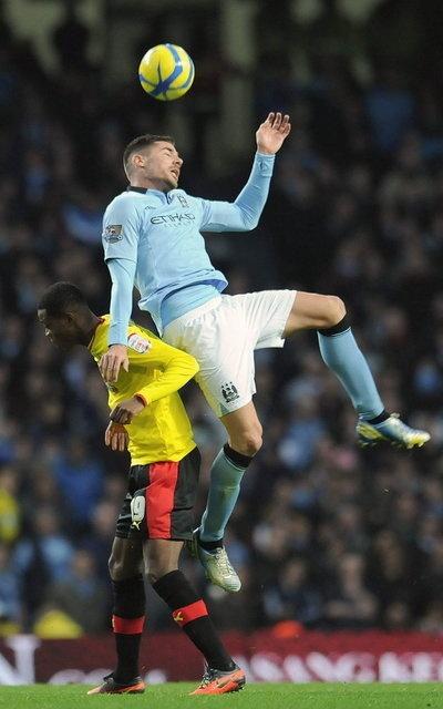 El jugador del Watford Nathaniel Chalobah salta por un balón con el del Manchester City Javi García