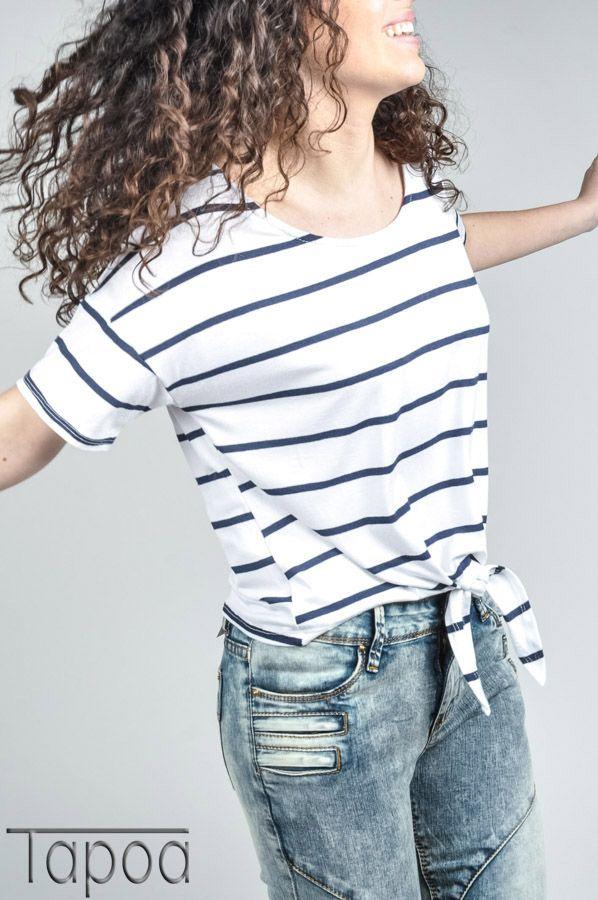 Camiseta blanca a rayas, nudo en la cintura. Tapoa primavera 2015