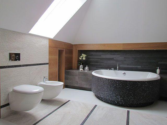 Obudowa wanny w łazience na poddaszu