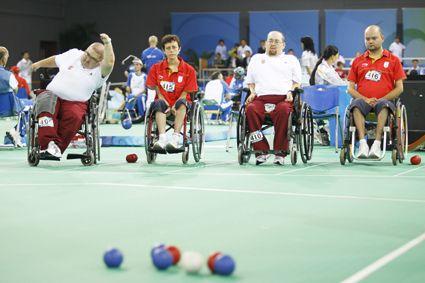 La BOCCIA es un deporte practicado por personas que están en silla de ruedas y sufren una parálisis cerebral o discapacidad física severa.  BC1, BC2, BC3 y BC4 es la clasificación realizada en función al tipo de discapacidad y ayuda que precise el jugador.