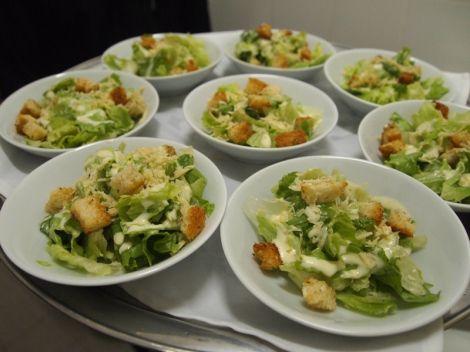 Mini Ceasar Salad com lascas de parmesão e croutons