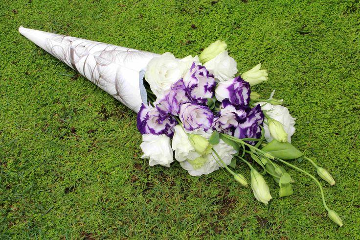 Cono-bouquet de lisianthus.