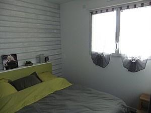 un mur peint en gris et bandes blanchies imitant le lambris gnial et pas cher ide dco chambre parents pinterest - Chambre Adulte Lambris