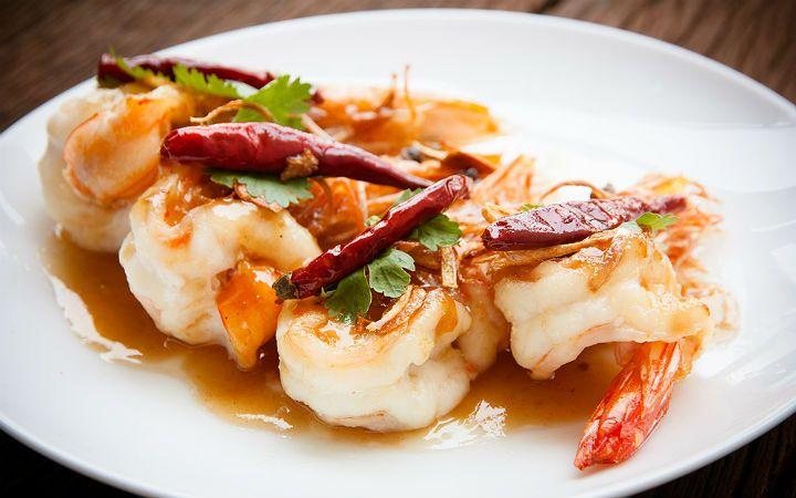 Jumbo karidesleri pratik ve lezzetli bir şekilde hazırlayacağınız Chili Thai benzeri acılı sosunda, kısa sürede pişirip, afiyetle yiyebilirsiniz.