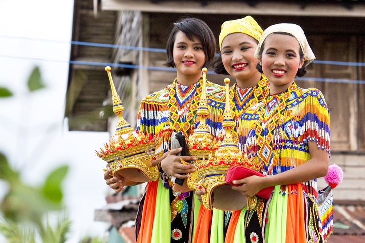 Thai girls in traditional dress.