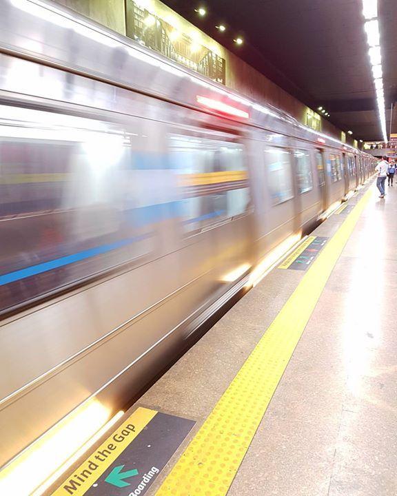A beleza do movimento!   #leandromarinofotografia #streetphotography #subway #metrorio #errejota #errejota021 #021 #rj #carioca #cariocadagema #cariocando #riodejaneiro #street - http://ift.tt/1HQJd81