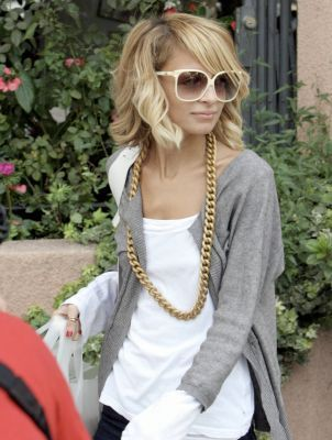 Nicole Richie - white long sleeve t-shirt, gray cardigan, chunky gold chain necklace, white sunglasses