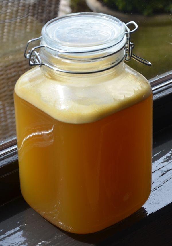 Ik heb deze appellikeur gemaakt door appelsap te maken met een slowjuicer maar u kunt ook een sapcentrifuge gebruiken. Dit recept resulteert in ongeveer 3 liter appellikeur die we in een beugelpot van 3 literhebben laten trekken.