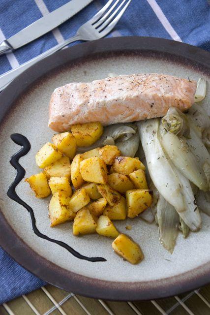 Roergebakken witlof met appelstroop en tijm. Lekker om dit met een stukje zalm te eten. Ook bakte ik aardappeltjes bij met peper, zout en paprika-kruiden.