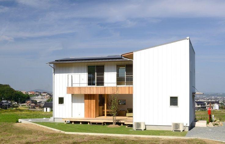 郊外の環境を活かした開放感が感じられる家。そこでは内と外への広がりを感じられるものになっています。