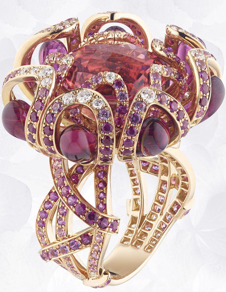 Anillo en oro rosa, rubíes, zafiros rosa, diamantes, gotas de turmalina roja, engastado con una turmalina rosa facetado redondo