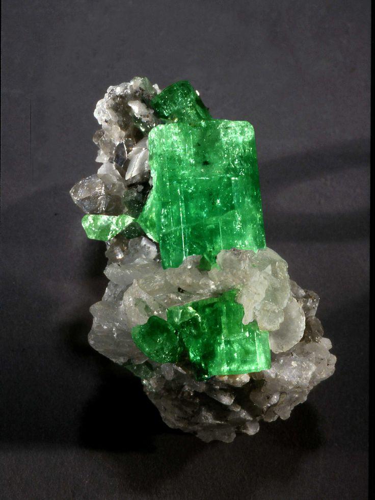 EMERALDA É uma variedade de berilo, a cor verde obscuro é graças ao oxido de cromo, tem uma dureza superior a do quartzo. Por sua beleza foi usada como pedra ornamental desde os tempos antigos.  Simboliza abundancia, purifica o espírito, equilibra o emocional por seus efeitos calmantes e tranquilizadores. Promove amor incondicional, perdão, compaixão.