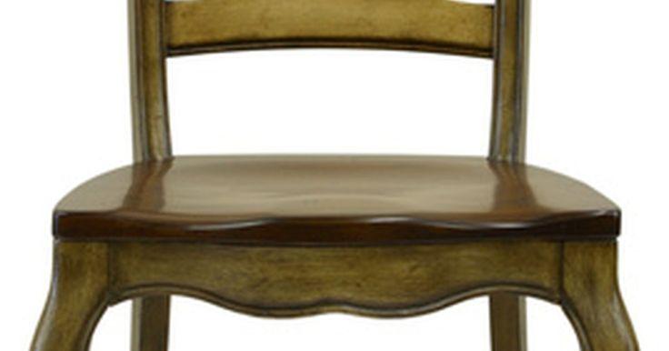 """Tipos de patas de muebles antiguos. Los entusiastas de los muebles antiguos aman los detalles, incluyendo las caprichosas y funcionales patas talladas de las sillas, mesas, escritorios y los sifonier. La """"Guía de campo para los muebles antiguos de Estados Unidos"""" (""""Field Guide to American Antique Furniture"""") ayuda a los compradores de mobiliario antiguo a identificar varios diseños ..."""
