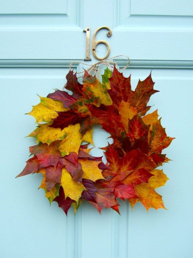 une couronne de porte de feilles automnales multicolores