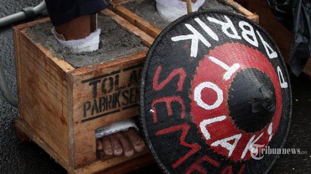 """YLBHI: Pemerintahan Jokowi Harusnya Malu dengan Aksi Petani Kendeng  Nusantarasatu.net - Ketua Umum Yayasan Lembaga Bantuan Hukum Indonesia (YLBHI) Asfinawati menegaskan bahwa pihaknya tidak pernah meminta Presiden Joko Widodo mencabut izin yang diterbitkan Gubernur Jawa Tengah Ganjar Pranowo. Ia menilai hanya Ganjar sendiri yang berhak mencabut izin lingkungan soal operasi pabrik PT Semen Indonesia di wilayah Pegunungan Kendeng. """"Yang kami minta adalah Presiden menegakkan Negara Kesatuan RI…"""
