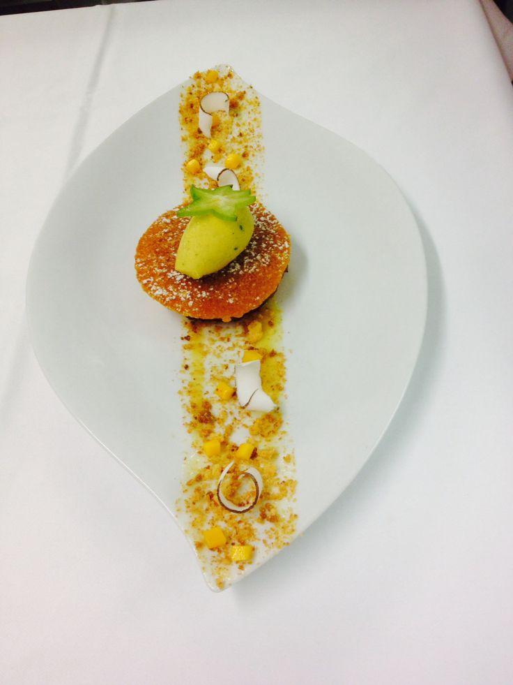 Ananas rôti à la vanille Bourbon, streusel noix de coco, Sorbet passion-coriandre