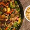 Roerbakpannetje van rundsreepjes, groenten en bruine rijst - Recept | VTM Koken
